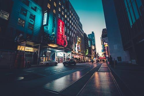 açık hava, akşam, akşam karanlığı, arabalar içeren Ücretsiz stok fotoğraf