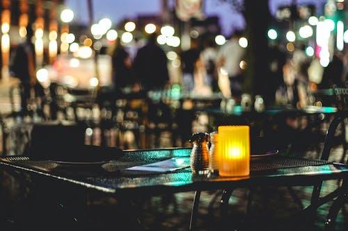 Gratis arkivbilde med atmosfærisk kveld, gate kafé, kafé, kveld