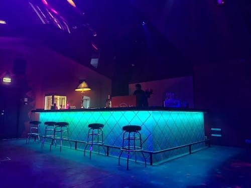 Darmowe zdjęcie z galerii z bar, kolory, neon, światła