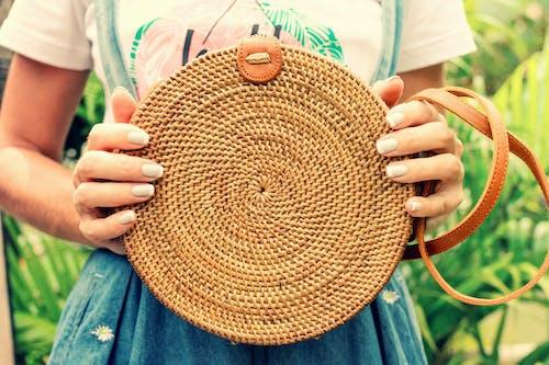 Kostnadsfri bild av brun, ecobag, fritidskläder, håller