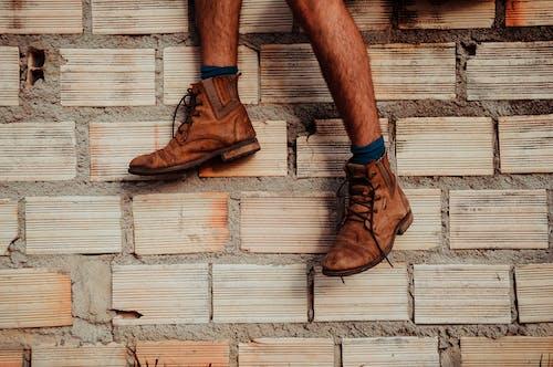 Foto stok gratis alas kaki, batu bata, biasa saja, cokelat