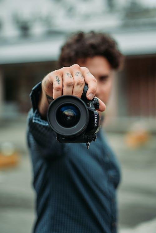 Darmowe zdjęcie z galerii z 20-25-letni mężczyzna, aparat, chłopak, codzienne ubrania