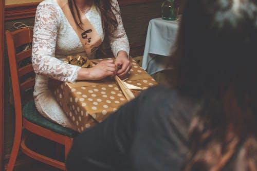 Foto stok gratis bridal shower, dalam ruangan, duduk, hadiah