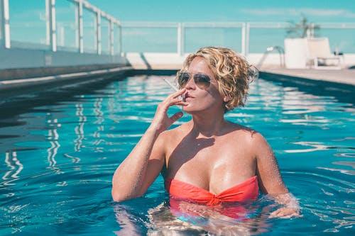 Photos gratuites de bikini, blond, cigarette, complexe