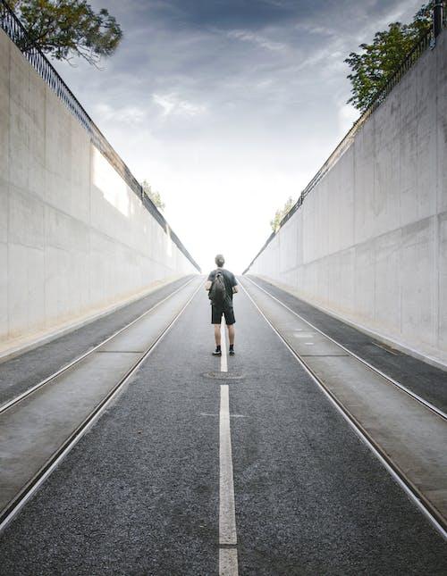 Základová fotografie zdarma na téma batoh, denní světlo, dlažba, dlouhý
