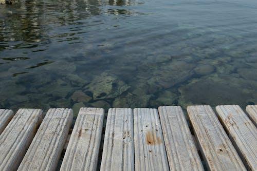 Бесплатное стоковое фото с вода, волна, деревянный мост, доски