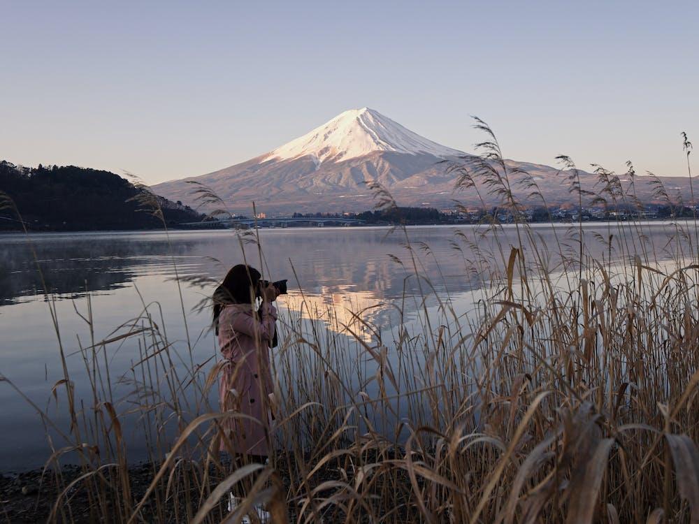 Wanita Berfoto di Dekat Danau Dengan Pemandangan Gunung Fuji