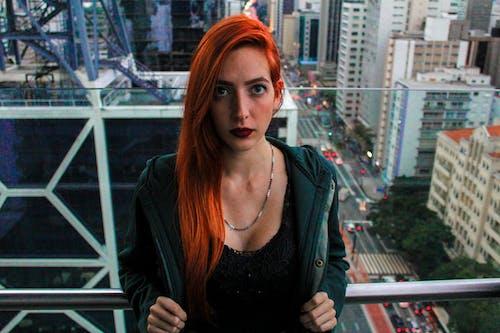 Fotos de stock gratuitas de área urbana, bonita, cabello rojo, calle