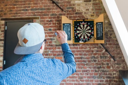 Kostenloses Stock Foto zu backsteinmauer, besuchermanagement, cool, darts