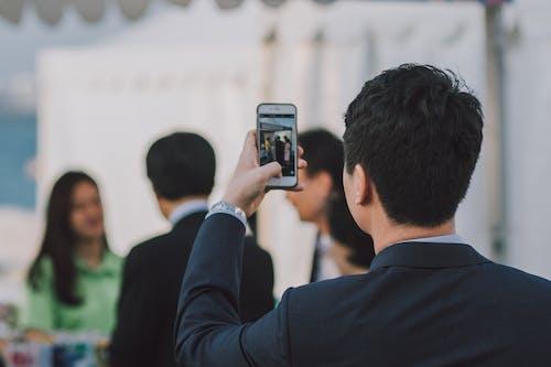 在人上拍照的人
