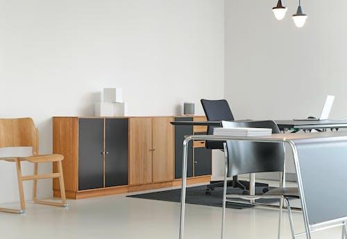 Gratis lagerfoto af boligindretning, bærbar computer, design, hvid væg