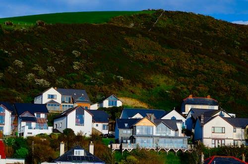 Darmowe zdjęcie z galerii z budynki, domy, góra, zielony