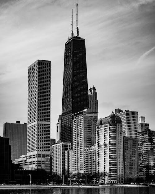 건물의 흑백 사진