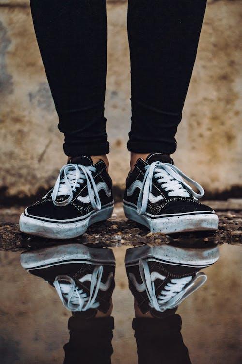 Základová fotografie zdarma na téma boty, černobílá, cestování, denní světlo