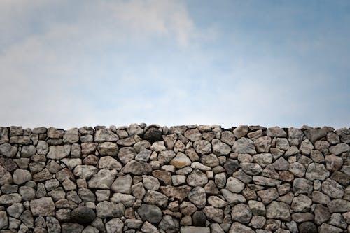 Foto profissional grátis de azul, branco, muro, pedra