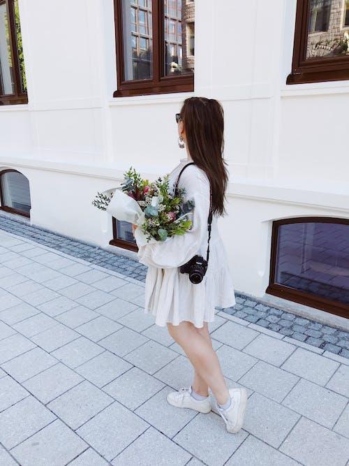Бесплатное стоковое фото с белое платье, брюнетка, букет, вид сзади