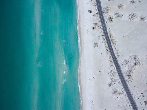 Fotobanka sbezplatnými fotkami na tému breh, exteriéry, fotografia zdronu, krajina pri mori