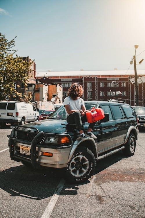 SUV, 남자, 사진 촬영, 앉아 있는의 무료 스톡 사진