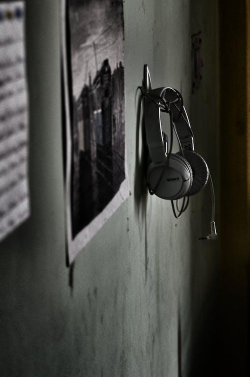 Ilmainen kuvapankkikuva tunnisteilla kuulokkeet, muuri, riippuminen