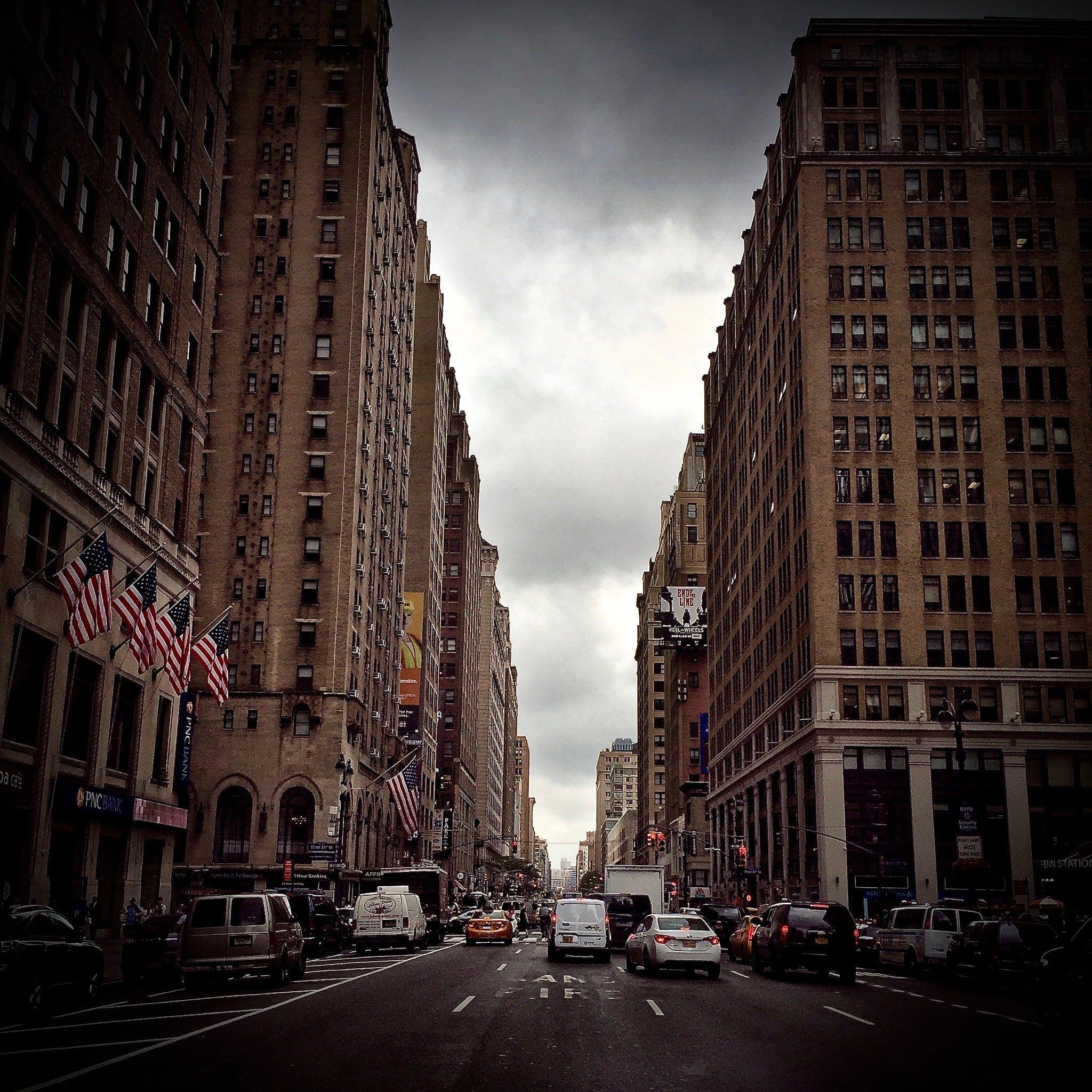 Kostenloses Stock Foto zu allee, amerikanische flaggen, architektur, autos