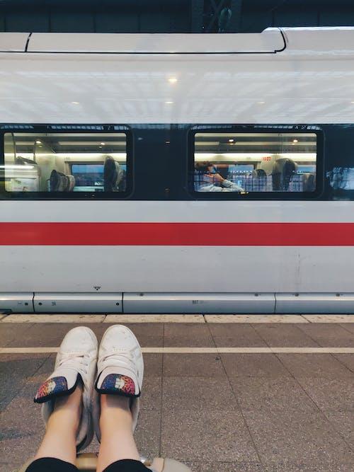Foto stok gratis alas kaki, bepergian, duduk, kendaraan umum