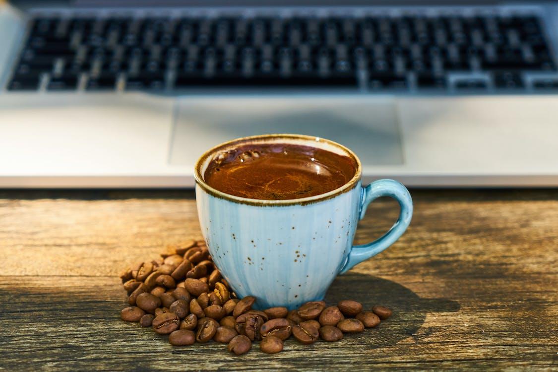 bærbar datamaskin, bønner, cappuccino