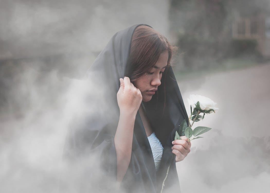 asyalı kız, Beyaz gül, duman