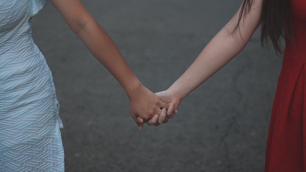 Beyaz elbise, el ele tutuşmak, eller