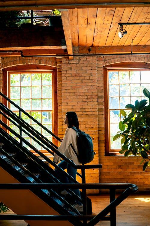 れんが壁, インドア, ステップ, バックパッカーの無料の写真素材