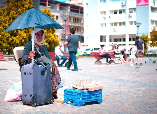 Foto d'estoc gratuïta de a l'aire lliure, adult, arquitectura, automòbils