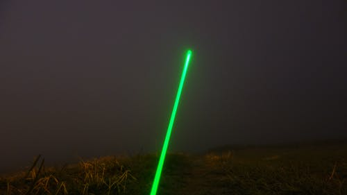 Ilmainen kuvapankkikuva tunnisteilla kenttä, laser, sumuinen taivas, vihreä laser