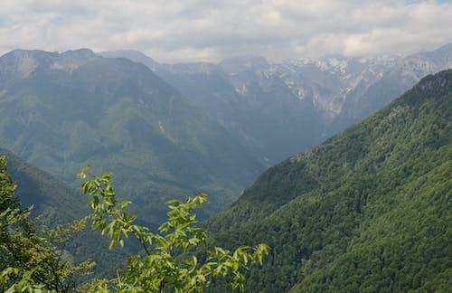 Fotobanka sbezplatnými fotkami na tému biela, hora, kopce, obloha pokrytá oblakmi