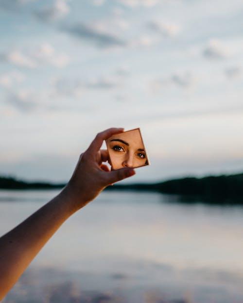 Foto d'estoc gratuïta de dona, mirall, reflex, ulls