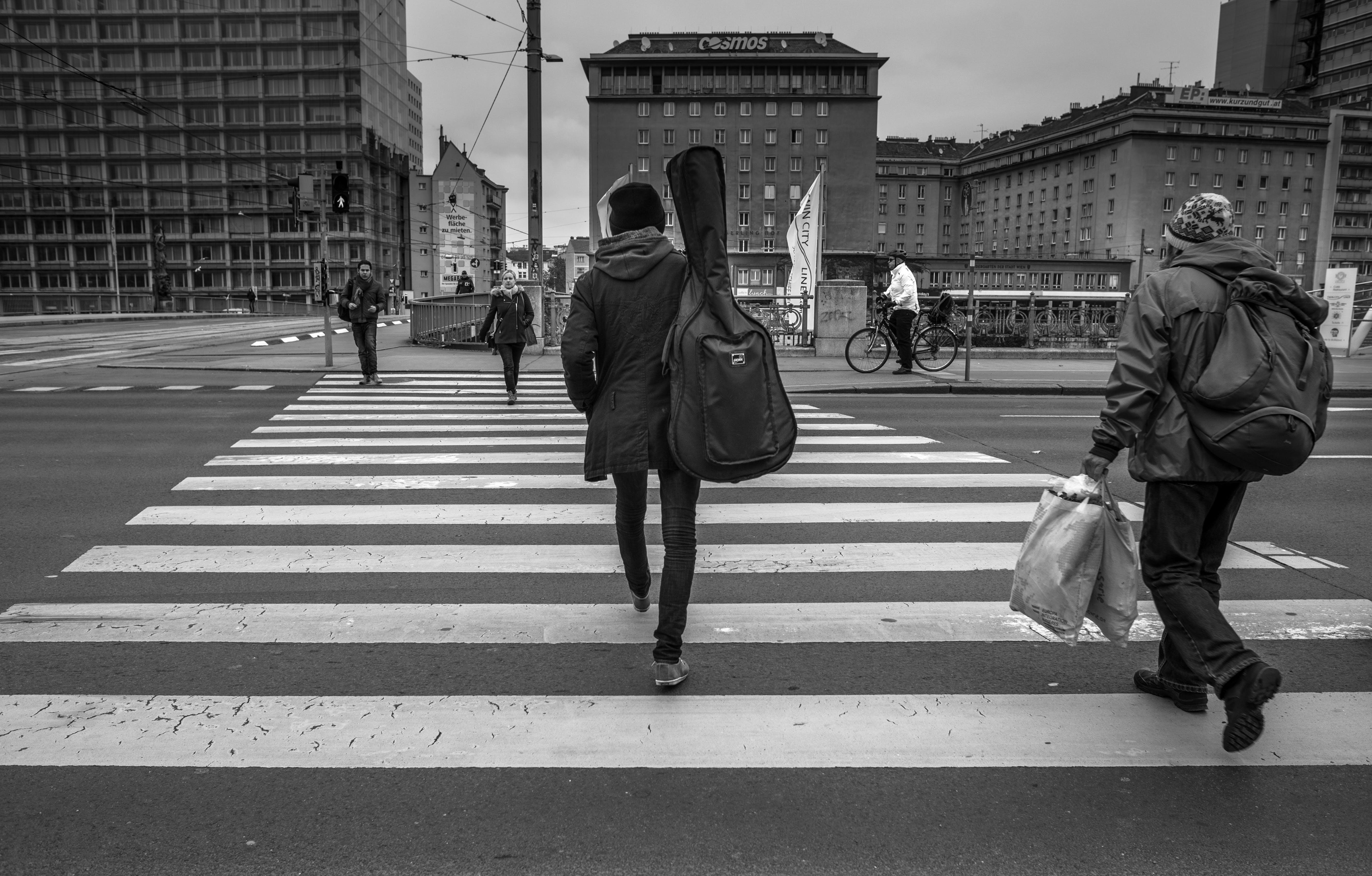 Kostnadsfri bild av byggnader, gående, gata, gitarrväska