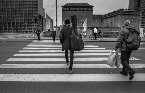 Foto stok gratis bangunan, berjalan, dewasa, hitam & putih
