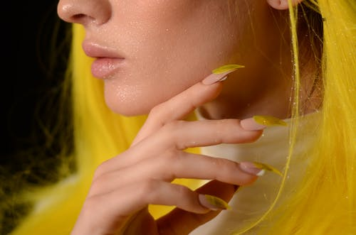 Immagine gratuita di capelli biondi, chiodi, dita, donna