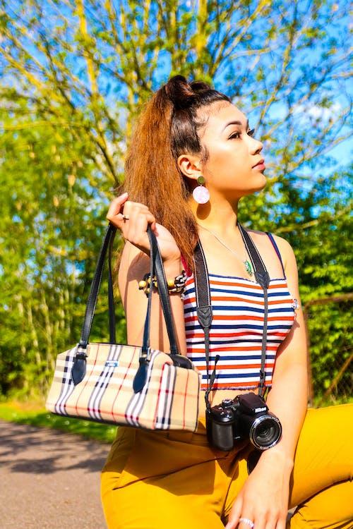 Безкоштовне стокове фото на тему «вродлива, вродлива дівчина, камера, мішок»