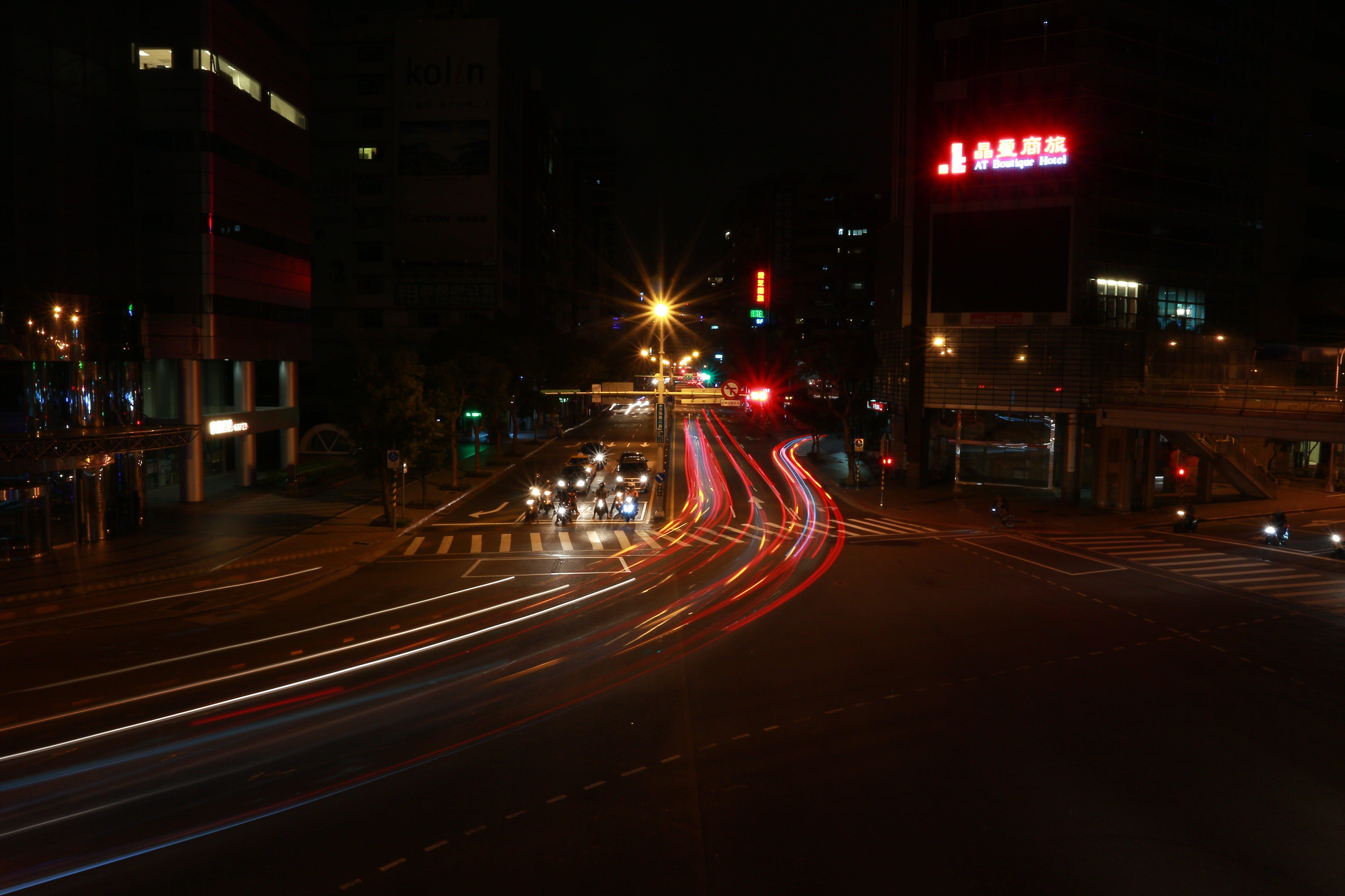 Foto profissional grátis de automóveis, centro da cidade, cidade, escuro