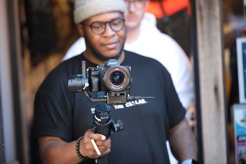 Ilmainen kuvapankkikuva tunnisteilla äänitys, afroamerikkalainen mies, digikamera