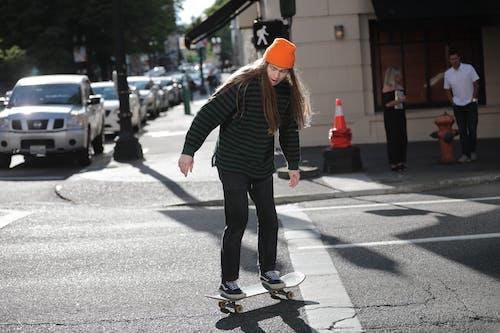 Darmowe zdjęcie z galerii z asfalt, czas wolny, deskorolka, długie włosy