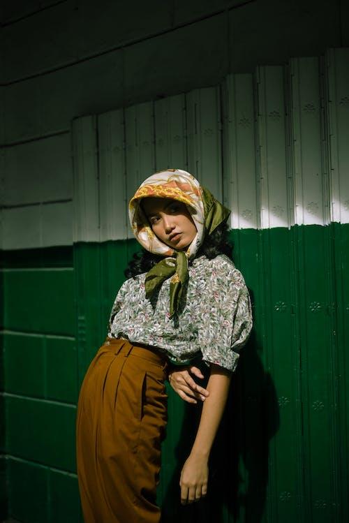 Photos gratuites de à la mode, bandana, bonnet, debout