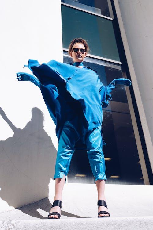 Foto profissional grátis de ao ar livre, azul, de pé, desgaste