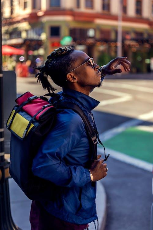 Gratis arkivbilde med afrikansk-amerikansk mann, antrekk, backpacker, bokeh