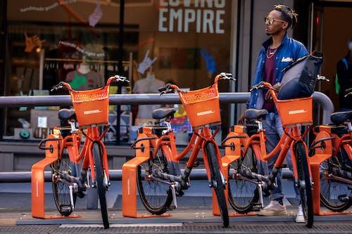 Ingyenes stockfotó biciklik, Férfi, személy, utca témában