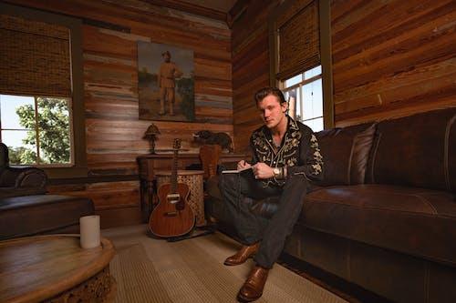 Безкоштовне стокове фото на тему «автор пісень, акустична гітара, заміський будинок, модель-чоловік»