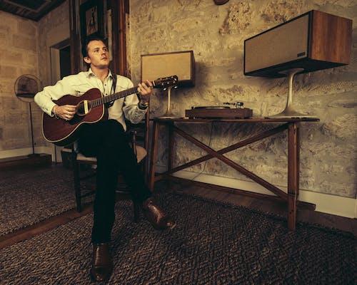Foto d'estoc gratuïta de cantant, compositor, guitarra, vintage