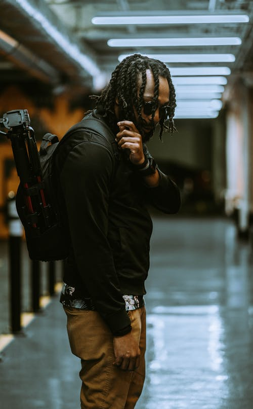 Gratis stockfoto met Afro-Amerikaanse man, backpack, backpacker, concentratie