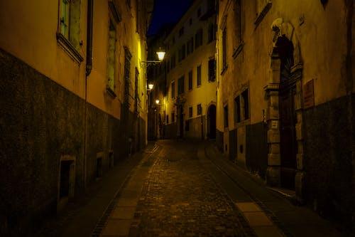 คลังภาพถ่ายฟรี ของ กลางคืน, ตึก, ทางเท้า, ภายนอก