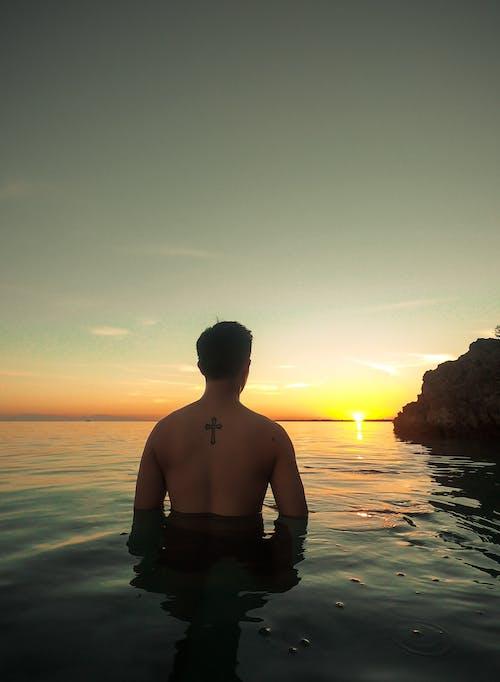 Бесплатное стоковое фото с восход, закат, море, мужчина