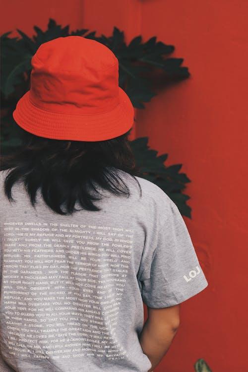 Základová fotografie zdarma na téma červená, dlouhé vlasy, klobouk kbelíku, košile